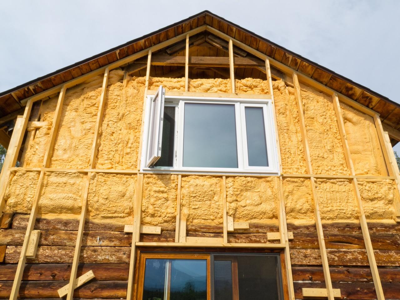 Утепленный фасада деревянного дома